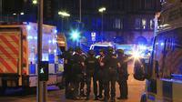 Polisi bersenjata berjaga-jaga di Manchester Arena setelah terdengar ledakan saat konser Ariana Grande tengah berlangsung (Peter Byrne/PA via AP)