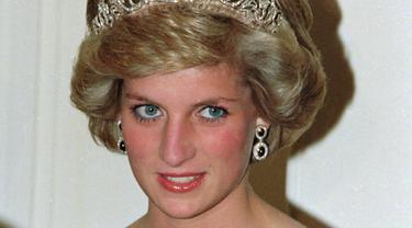 Putri Diana pada 7 November 1985. Ia mengenakan tiara Spencer saat menghadiri jamuan makan malam bersama Pangeran Charles di Australia. (AP Photo/Jim Bourdier, FILE)