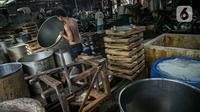Aktivitas pekerja di pabrik tahu tempe yang berhenti operasi di kawasan Duren Tiga, Jakarta, Sabtu (2/12/2021). Puskopti DKI Jakarta pun menyatakan mogok produksi ini akan dilakukan oleh sekira 5.000 pelaku usaha kecil menengah yang ada di bawah naungannya. (Liputan6.com/Faizal Fanani)