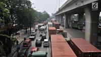Kemacetan arus kendaraan saat melintas di Jalan Yos Sudarso arah Pelabuhan Tanjung Priok, Jakarta, Kamis (12/7). Kemacetan disebabkan mahalnya tarif tol pelabuhan yang mencapai Rp 45 ribu sehingga sopir memilih jalan bawah. (Merdeka.com/Iqbal S. Nugroho)