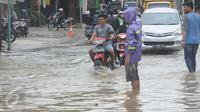 Sejumlah kendaraan melintasi banjir di jalan Merpati Raya kota,Tangerang Selatan, Selasa (21/2). Intensitas curah hujan yang tinggi di sertai buruknya Drainase menyebabkan banjir 50-100 cm di kawasan tersebut. (Liputan6.com/Helmi Afandi)