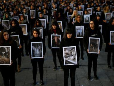 Sejumlah aktivis dari Igualdad Animal mebawa poster saat melakukan aksi protes di di Madrid, Spanyol (10/12). Mereka adalah aktivis keseteraan hewan yang menuntut perlakuan dan hak-hak terhadap binatang. (Reuters/Javier Barbancho)