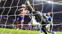 Bek Atletico Madrid, Stefan Savic, mencetak gol ke gawang Juventus pada laga Liga Champions di Stadion Wanda Metropolitano, Rabu (18/9/2019). Kedua tim bermain imbang 2-2. (AP/Manu Fernandez)