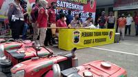 Aparat Kepolisian Resort (Polres) Rembang berhasil membongkar kasus pencurian mesin traktor lintas daerah. Sebanyak empat orang pelaku berhasil diamankan. (Liputan6.com/ Ahmad Adirin)