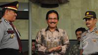 Menko Perekonomian Sofyan Djalil (tengah) usai Rapat Koordinasi dengan pimpinan KPK, di Gedung KPK, Jakarta, Kamis (19/3/2015).  Rapat Koordinasi tersebut untuk membahas perdagangan harga gula di Indonesia. (Liputan6.com/Herman Zakharia)