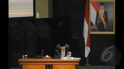 Gubernur DKI Jakarta Basuki Tjahaja Purnama bersiap-siap untuk memberikan penjelasan terkait penjualan minuman beralkohol di minimarket wilayah Jakarta maksimum 5 persen di Gedung DPRD DKI, Jakarta, Selasa (20/1/2015). (Liputan6.com/Herman Zakharia)