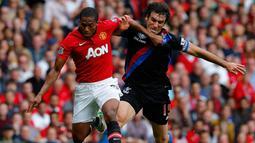 Mile Jedinak (kanan) duel dengan gelandang Manchester United  Antonio Valencia (kiri) pada pertandingan sepak bola Liga Inggris antara Manchester United vs Crystal Palace di Old Trafford di Manchester (14/09/13). (AFP/Andrew Yates)