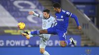 Gelandang Chelsea, Christian Pulisic berebut bola dengan bek Leicester City, Wesley Fofana pada pertandingan lanjutan Liga Inggris di Stadion King Power, Rabu (20/1/2021). Dengan kemenangan ini, Leicester City sementara meraih puncak klasemen Liga Inggris. (Michael Regan/Pool via AP)