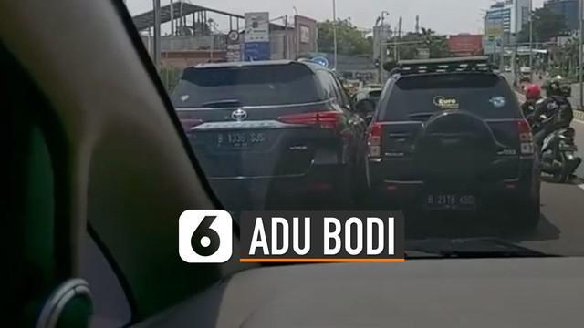 Beredar video dua mobil saling beradu di jalanan Cibubur. Belum diketahui apa yang menyebabkan hal itu terjadi.