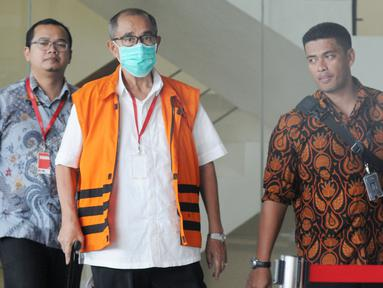 Bupati Bandung Barat nonaktif Abubakar menggenakan rompi oranye dan masker usai menjalani pemeriksaan lanjutan di gedung KPK, Jakarta, Rabu (25/7). Abubakar diperiksa sebagai tersangka untuk melengkapi berkas. (Merdeka.com/Dwi Narwoko)