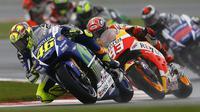 Rider Yamaha, Valentino Rossi bersaing dengan Marc Marquez dari Honda (Reuters)
