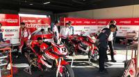 Kru mekanik Astra Honda Racing Team amat serius melakukan evaluasi pasca balapan Asia Road Racing Championship 2019 seri Adelaide. (Bola.com/Ario Yosia)