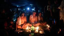 Umat Hindu Nepal melakukan ritual selama festival Kuse Aunsi di kuil Hindu Gokarneshwar di Kathmandu, Nepal (21/8). Perayaan ini terjadi pada akhir Agustus atau awal September, tergantung pada kalender lunar. (Niranjan Shrestha/AP)