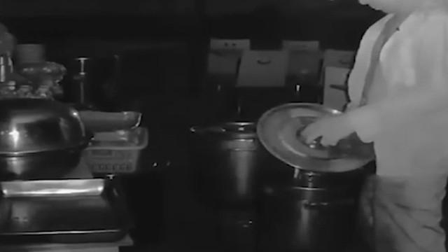 Seorang pria melakukan hal menjijikkan dengan mengencingi masakan di sebuah restoran.