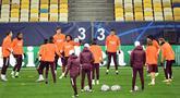 Para pemain Real Madrid mengikuti sesi latihan di Olympiyskiy Stadium, Kiev, Senin (30/11/2020), jelang laga matchday ke-5 Grup B Liga Champions 2020/21 menghadapi tuan rumah Shakhtar Donetsk, Selasa (1/12/2020). (AFP/Sergei Supinsky)