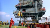 Aktivitas rutin pekerja anjungan lepas pantai PAPA, Flowstation Pertamina Hulu Energi Offshore North West Java (PHE ONWJ) di Karawang, Jabar, (28/7/2014). (ANTARA FOTO/Muhammad Adimaja)
