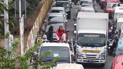 Pelajar menumpang truk terbuka yang melintas di kawasan Lenteng Agung, Jakarta, Senin (8/4). Perilaku buruk tersebut membahayakan keselamatan diri mereka dan pengguna jalan lain. (Liputan6.com/Immanuel Antonius)