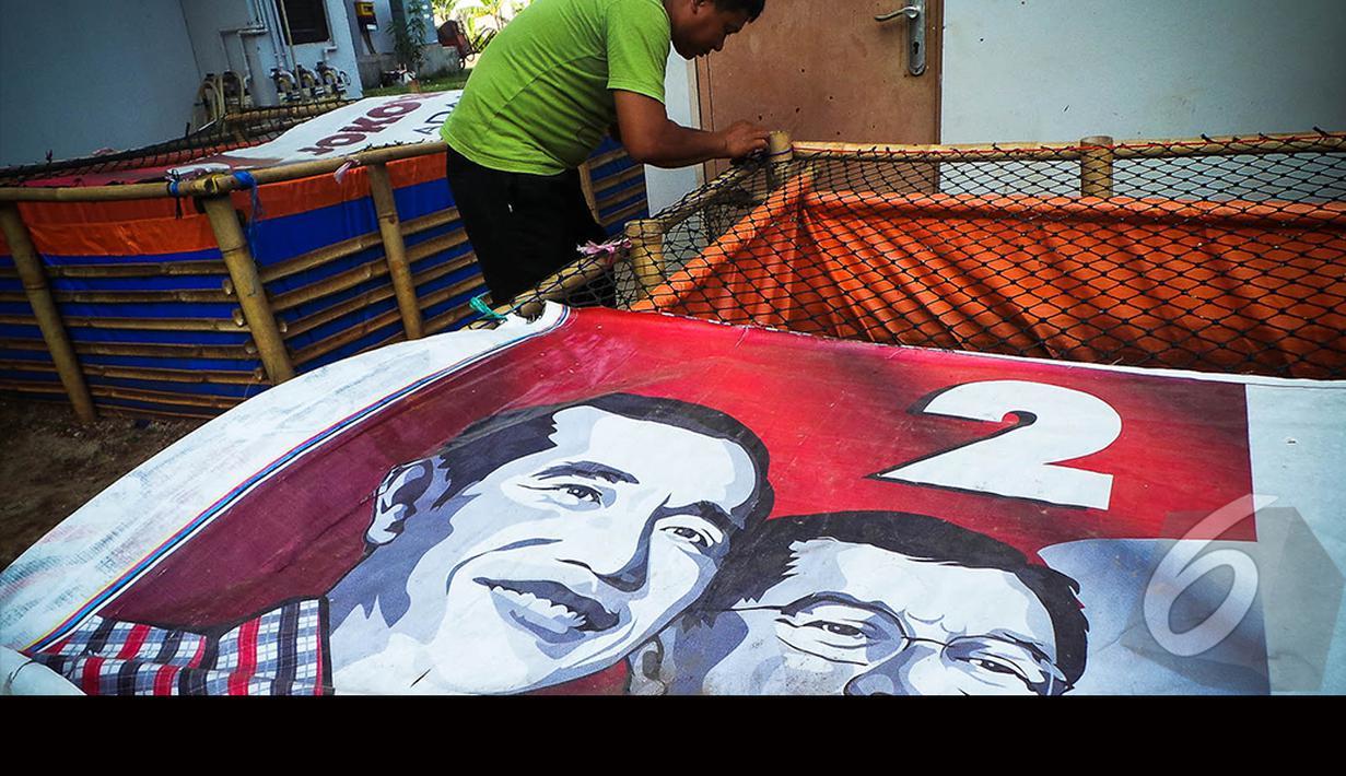 Spanduk Jokowi-JK dijadikan pelindung ternak lele di Rusun Marunda, Jakarta, Selasa (19/8/2014) (Liputan6.com/Faizal Fanani)