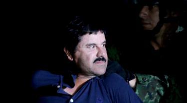 "Ekspresi bos narkoba Joaquin ""El Chapo"" Guzman saat dikawal ketat oleh tentara di kantor Kejaksaan Agung, Meksiko (8/1/2016). Joaquin ""El Chapo"" Guzman melarikan diri dari penjara melalui terowongan yang ia buat pada 11 Juli 2015. (REUTERS/Henry Romero)"