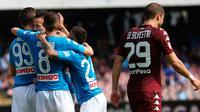 Gelandang Napoli Marek Hamsik merayakan gol bersama rekannya saat melawan Torino dalam pertandingan Liga Italia di San Paolo Comunal Stadium (6/5). (Cesare Abbate / ANSA via AP)