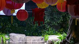 Pengunjung menyaksikan koleksi satwa Jakarta Aquarium & Safari di Jakarta Barat, Jumat (12/2/2021). Jakarta Akuarium merupakan tempat konservasi alam dan satwa laut yang memiliki konsep edutainment sekaligus menjadi destinasi wisata untuk warga menghabiskan libur Imlek. (Liputan6.com/Faizal Fanani)