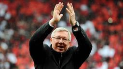 Pelatih Manchester United, Sir Alex Ferguson, menyapa suporter saat melawan Swansea City pada laga Premier League di Stadion Old Trafford (12/5/2013). Pertandingan tersebut sekaligus menjadi momen perpisahan Sir Alex Ferguson bersama Setan Merah. (AFP/Andrew Yates)