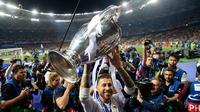 Kapten Real Madrid Sergio Ramos mengangkat piala setelah memenangkan pertandingan final Liga Champions antara Real Madrid dan Liverpool di Stadion NSK Olimpiyskiy, Ukraina (26/5). (AP/ Pavel Golovkin)