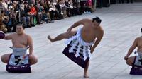 Pegulat sumo di Jepang memiliki tradisi unik menyambut Tahun Baru, antara lain melalui upacara menghentakkan kaki. Seperti apa, ya?
