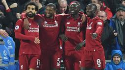Para pemain Liverpool merayakan gol yang dicetak Sadio Mane ke gawang Manchester United pada laga Premier League di Stadion Anfield, Liverpool, Minggu (16/12). Liverpool menang 3-1 atas MU. (AFP/Paul Ellis)