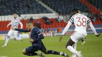 Striker PSG Kylian Mbappe mendapat pengawalan bek Manchester United (MU) Axel Tuanzebe pada laga pertama Grup H Liga Champions di Parc des Princes, Rabu (21/10/2020) dini hari WIB. (AP Photo / Michel Euler)