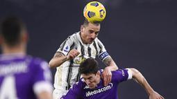 Kapten Juventus, Leonardo Bonucci, duel udara dengan pemain Fiorentina, Dusan Vlahovic, pada laga Liga Italia di Turin, Rabu (23/12/2020). Fiorentina menang dengan skor 0-3. (Fabio Ferrari/LaPresse via AP)