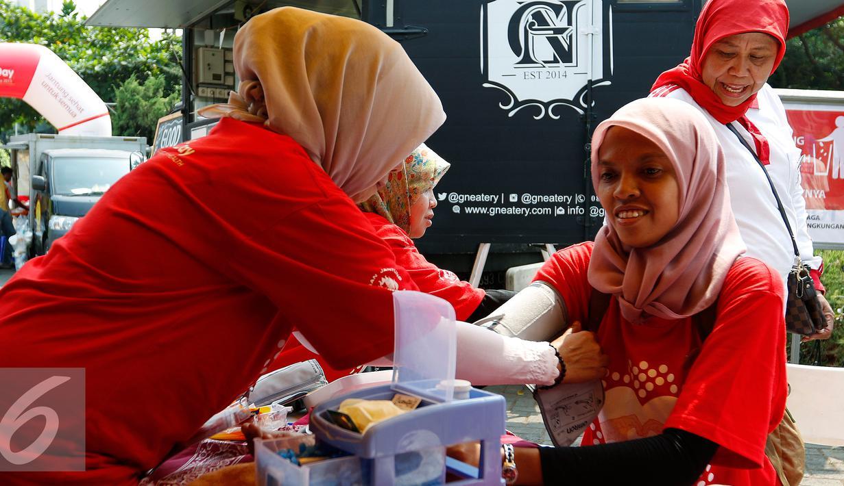 Pengunjung melakukan pemeriksaan kesehatan secara gratis, Jakarta, Minggu (27/9/2015). Yayasan Jantung Indonesia menggelar acara bazar dan promosi 'Food for Heart' dalam rangka memperingati Hari Jantung Sedunia 2015. (Liputan6.com/Yoppy Renato)
