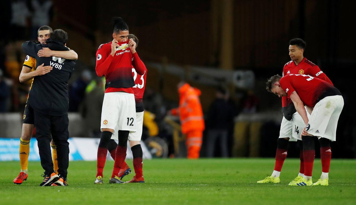 Ekspresi pemain Manchester United Chris Smalling dan Jesse Lingard setelah kalah dari Wolverhampton Wanderers pada laga pekan ke-33 Liga Inggris di Stadion Molineux, Wolverhampton, Inggris, Selasa (2/4). (Reuters/Andrew Boyers)