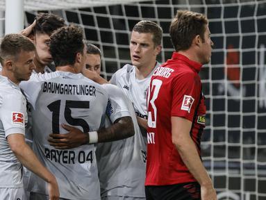 Pemain Bayer Leverkusen merayakan gol yang dicetak Kai Havertz ke gawang Freigurg pada laga pekan ke-29 Bundesliga 2019/20 di Schwarzwald-Stadion, Sabtu (30/5/2020) dini hari WIB. Leverkusen menang 1-0 atas Freiburg. (AFP/Ronald Wittek/pool)