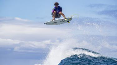 Peselancar asal Brasil Yago Dora beraksi menaklukan ombak saat bertanding pada hari pertama Tahiti Pro 2019 di Teahupoo, Tahiti (24/8/2019). Tahiti Pro 2019 adalah acara ketujuh dari Tur Kejuaraan Pria di 2019 World Surf League. (AFP Photo/Brian Bielman)