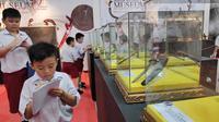 Murid SD yang berkunjung ke Museum Sang Nila Utama Riau mencatat nama koleksi yang ada. (Liputan6.com/M Syukur)