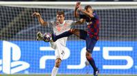Bek Barcelona, Jordi Alba berduel dengan pemain Bayern Munchen, Thomas Mueller di perempat final Liga Champions. Bayern Munchen menang 8-2. (Rafael Marchante / POOL / AFP)