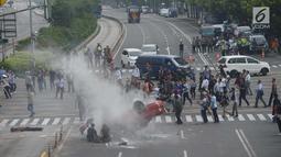 Sebuah adegan yang melibatkan mobil terlihat saat proses syuting film dokumenter di kawasan Sarinah, Jalan MH Thamrin, Jakarta Pusat, Sabtu (14/4). Untuk keperluan syuting itu, sebagian ruas jalan MH Thamrin ditutup sementara. (Merdeka.com/Imam Buhori)