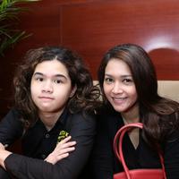 Senyum ceria Maia Estianty saat bersama Dul (M. Akrom Sukarya)