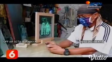 Memanfaatkan limbah kaca yang sudah tidak terpakai, seorang seniman di Kediri, Jawa Timur, mampu membuat ukiran kaligrafi dan gambar wajah untuk berbagai kepentingan.