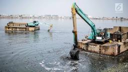Kendaraan eskavator dan tongkang Dinas Tata Air DKI Jakarta mengeruk lumpur dan sampah dari Waduk Pluit, Jakarta, Selasa (11/12). Pengerukan ini dilakukan untuk menambah kedalaman waduk. (Liputan6.com/Faizal Fanani)