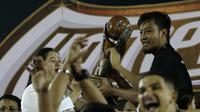 Hamka Hamzah, kapten tim Arema, mewakili rekan satu tim menerima trofi juara Piala Presiden 2019 di Stadion Kanjuruhan, Kabupaten Malang, Jumat (12/4/2019). (Bola.com/Yoppy Renato)