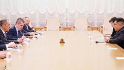 Pemimpin Korea Utara Kim Jong-un melakukan pertemuan dengan Menlu Rusia Sergei Lavrov dan jajarannya di Pyongyang, Korea Utara (31/5). Kepada Kim Jong-Un, Lavrov menyatakan dukungan bagi deklarasi antara Korut dan Korea Selatan. (KCNA VIA KNS / AFP)