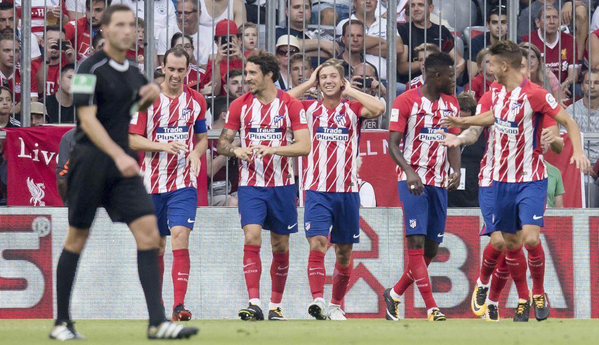 Para pemain Atletico Madrid, melakukan selebrasi setelah berhasil mengalahkan Napoli pada laga turnamen pramusim Audi Cup 2017 di Stadion Allianz, Munchen, Selasa (1/8/2017). Atletico Madrid menang 2-1 atas Napoli. (AP/Sven Hoppe)