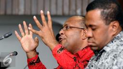 Anggota tim kerja ULMWP di Papua, Markus Haluk (kiri) menyampaikan keterangan saat diskusi di Komnas HAM, Jakarta, Jumat (4/3/2016). Diskusi membahas sejumlah pelanggaran HAM yang terjadi di Papua. (Liputan6.com/Helmi Fithriansyah)