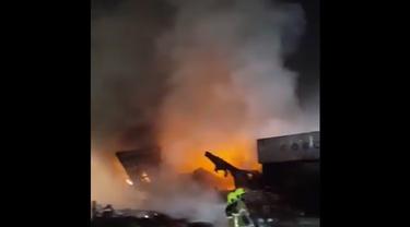 Kebakaran di pelabuhan Jebel Ali di Dubai, Uni Emirat Arab.
