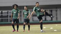 Pemain Timnas Indonesia, Evan Dimas dan Bagus Kahfi, saat sesi latihan di Stadion Pakansari, Bogor, Kamis (22/8). Latihan tersebut untuk persiapan jelang laga kualifikasi Piala Dunia 2022. (Bola.com/M Iqbal Ichsan)