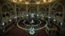 Suasana salat tarawih malam pertama Ramadan 1439 H di Masjid Nizamiye di Midrand, Johannesburg, Afrika Selatan (16/5). Nama masjid ini terinspirasi oleh Nizamiye Madrasahs abad ke-11. (AFP Photo/Gulshan Khan)