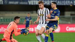 Bek Juventus, Matthijs de Ligt, berusaha menjaga pemain Hellas Verona, Kevin Lasagna, pada laga Liga Italia di Stadion Marc'Antonio Bentegodi, Minggu (28/2/2021). Kedua tim bermain imbang 1-1. (Paola Garbuio/LaPresse via AP)