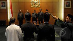 Ketua MPR RI Zulkifli Hasan didampingi wakilnya membacakan sumpah saat melantik anggota MPR baru, Jakarta, Kamis (22/1/2015). (Liputan6.com/Andrian M Tunay)
